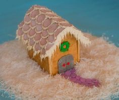This is a really great tutorial on how to make EASY graham cracker Gingerbread houses!  Totally using melted chocolate from now on.