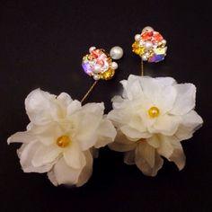 ビジューやパールがぎゅっと集まったヘッド部分に、お花でできたボールがゆれる女性らしいイヤリング/ピアス。ペア(右耳、左耳用)での販売です。パールやビジューの揺...|ハンドメイド、手作り、手仕事品の通販・販売・購入ならCreema。