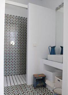 Petite salle de bain graphique avec douche italienne                                                                                                                                                                                 Plus