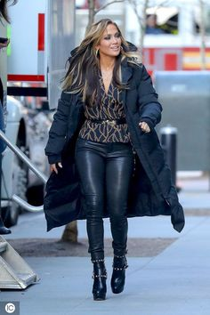 EXCLUSIVE: Jennifer Lopez was spotted heading to the set Jennifer Lopez, Jennifer Aniston, Winter Fashion Outfits, Stylish Outfits, Divas, J Lo Fashion, Womens Fashion, Beautiful Celebrities, Clothes