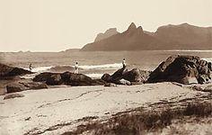 Praia de Ipanema vista do Arpoador, em 1895. Ao longe, o Morro Dois Irmãos e a Pedra da Gávea