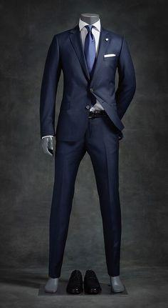 Navy blue suit looks sharp Menssuits Blue looks menssuits Navy sharp suit is part of Suit fashion - Navy Blue Suit Looks, Blue Suit Men, Navy Suits, Man Suit, Men's Suits, Men Wearing Dresses, Moda Formal, Mode Costume, Designer Suits For Men