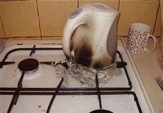 Die Person, die vergessen hat, wie man einen elektrischen Wasserkocher benutzt.