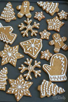 German Christmas Cookies are awesome. Here is my list of my 10 favorite Christmas Cookies! German Christmas Cookies, Christmas Sweets, Holiday Cookies, Christmas Candy, Christmas Baking, Gingerbread Decorations, Gingerbread Cookies, Ginger Bread Cookies Recipe, Easy Cookie Recipes