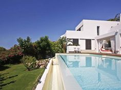 An absolutely stunning beachside Villa next to the beach and within walking distance to all amenities, bars, restaurants and the superb new boulevard of San Pedro. The property is located on a quite residential street just behind the prestigious development of casablanca beach.