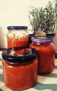 Leckere Tomaten-Soße mit Kräutern aus frischen Zutaten - Ein Rezept zum Einkochen. (Basis-Soße, für Pasta und Pizza geeignet). Ein Muss für jeden Vorratsschrank.