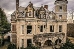 1890 Fixer Upper For Sale In Harrodsburg Kentucky — Captivating Houses Abandoned Mansion For Sale, Abandoned Castles, Abandoned Mansions, Abandoned Buildings, Abandoned Places, Haunted Places, Old Houses For Sale, Abandoned Amusement Parks, Old Mansions