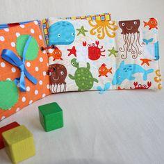Ce livre déveil invite avec pleins didées aux multiples activités pour samuser et apprendre.  - Connaitre un personnage (crocodile, dauphin, etc) - Découvrir formes et couleurs  A chaque page livre déveil son apprentissage et son tissu à thème :  - page 1 : apprendre la fermeture éclair - page 2 : apprendre les boutons et boucles - page 3 : apprendre à faire un lacet - page 4 : apprendre à faire un nœud - page 5 : apprendre la fermeture velcro - page 6 : apprendre à fermer les boutons…