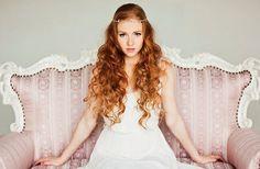 bride with long natural curls http://weddingwonderland.it/2015/06/15-acconciature-per-le-spose-dai-capelli-ricci-naturali.html