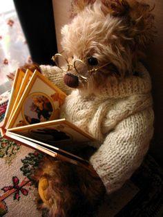 Teddy Bear Love of Books? Teddy Bear Hug, Cute Teddy Bears, Bear Toy, Calin Gif, Teddy Bear Pictures, Storybook Cottage, Vintage Teddy Bears, Boyds Bears, Love Bear