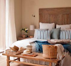 Dormitorio con cabecero de madera decapada