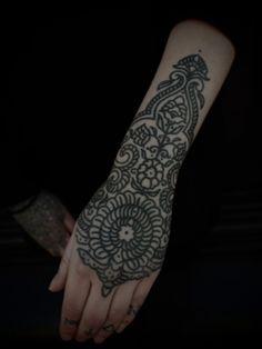 Mehndi Wrist :: In Den Haag Holland at Papanatos :: Guy le Tatooer Line Tattoos, Body Art Tattoos, Sleeve Tattoos, Tattoos For Guys, Tattoos For Women, Cool Tattoos, Tatoos, Future Tattoos, Henna Ink