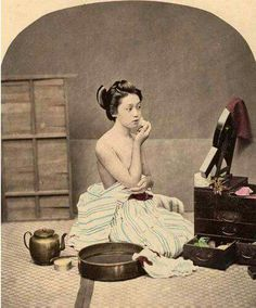 Geisha with her makeup box Geisha Kunst, Geisha Art, Japanese History, Japanese Culture, Old Pictures, Old Photos, Art Occidental, Meiji Era, Japan Art