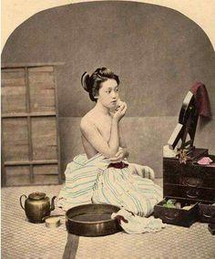 Geisha with her makeup box Japanese History, Japanese Culture, Japanese Geisha, Vintage Japanese, Old Pictures, Old Photos, Art Occidental, Geisha Art, Geisha Makeup
