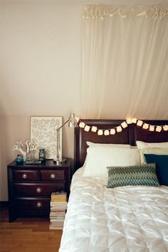 I love this restful bedroom.  Especially the curtains and the print