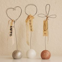 photo holders save space and show off pics in living room. Picture Holders, Photo Holders, Place Card Holders, Wire Crafts, Rock Crafts, Wire Crosses, Jewelry Booth, Barn Wood Projects, Craft Stalls