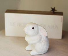 O nosso coelho de porcelana está aproveitando o feriado, e vocês?  #poire #sextafeiradapaixao #pascoa #poire #linhahome #easter #cute #coelho #bunny