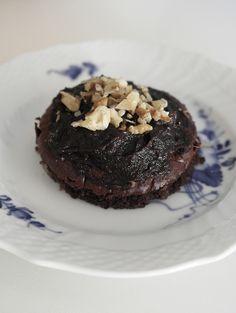 Chocolate Cake with Coffee Topping // Chokoladekage med kaffe topping, Chokoladekage (3-4 personer), 2 små bananer (ca. 120 gram), 2 æg, 10 gram kakao 30 gram rosiner, 1 tsk. bagepulver, 2 tsk. stevia, Kaffe Topping: 4 dadler, 1 tsk. kakao, 1 spsk. stærk kaffe, Miks alle ingredienserne til kagen. Hæld dejen over i en form, og bag den ved 175 grader i ca. 20-30 min.  Til Kaffe toppingen moses dadlerne sammen med kaffen og kakaoen. Når der haves en cremede konsistens, smøres toppingen på…