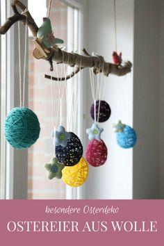 Fenster Osterdeko: Idee für Ostereier aus Wolle. Die Ostern DIY Idee ist simpel, aber genial. Benötigt werden lediglich Wolle, Luftballons und Kleister. Die Woll-Ostereier eignen sich als Ostern Fensterdeko oder auch als Ostern Anhänger für den Osterstrauch.