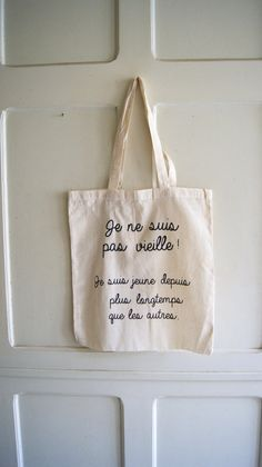 Tote bag Tote bag avec message par persephoneboutique sur Etsy Sacs Tote Bags, Cotton Tote Bags, Reusable Tote Bags, Tot Bag, French Words, Silhouette Portrait, Fabric Bags, Floral Illustrations, Knit Or Crochet