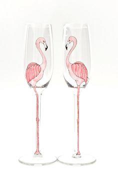 Flamingos están teniendo un poco de un momento ahora mismo y con buena razón. Son al mismo tiempo elegante y torpe-las supermodelos del mundo aves! Las flautas de champán son de alta calidad y muy bien ponderaron para contrapesar el tallo largo elegante. Soporte de 25cm de altura y mantener 7 1/4 oz de champagne. Los colores son al horno en y muy resistente. Los vidrios pueden ser lavados a mano y son perfectamente resistentes al agua caliente. Debido a la forma altura y longitud del tallo…