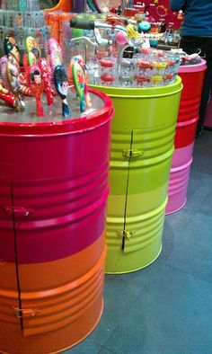 Oil drum storage: Hate the colors Love the idea - Neues Spielzeug Cement Flower Pots, Barris, Oil Barrel, Design Retro, Garage Furniture, Steel Barrel, Metal Drum, Oil Drum, Restaurant Concept