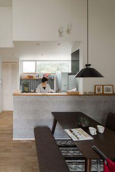タイルやルーバードア・ペンダントライトなどの異なる素材のアイテムが、無垢のフロアと白い壁面のシンプルな空間を彩ります。 #ルポハウス #設計士とつくる家 #注文住宅 #デザインハウス #自由設計 #マイホーム #家づくり #施工事例 #滋賀 #おしゃれ #ダイニング #キッチン #ルーバードア Diy Kitchen Storage, Brown Wood, My Room, Dining Table, Flooring, Interior Design, House, Furniture, Home Decor