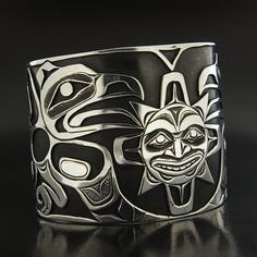 Lattimer Gallery - Kelvin Thompson - Sterling Silver Bracelet - Ravens and Sun Native Art, Native American Art, Native American Jewelry, Haida Kunst, Haida Art, Arte Inuit, Filipino Tattoos, Native Design, Indigenous Art