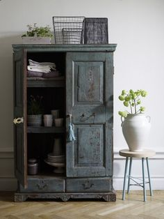 Eye For Design: Decorating With Blue Painted Furniture Blue Painted Furniture, Distressed Furniture, Vintage Furniture, Painted Armoire, Distressed Kitchen, Painting Furniture, Furniture Makeover, Home Furniture, Cabinet Furniture