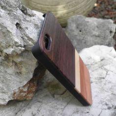 Cover in legni pregiati misti per iPhone 5/5s , la trovi in esclusiva sul sito www.coverinlegno.it .