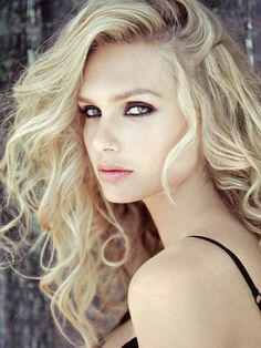 Reminds me a little of my daughter...so pretty, green eyes, wavy blonde hair <3