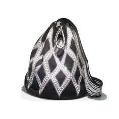 -Mochíla Wayuu- Llénate de todo el Glam étnico de nuestro país con esta mochila wayuu tejida con cristales Swarovski. La encuentras en Claudia Mogollón.