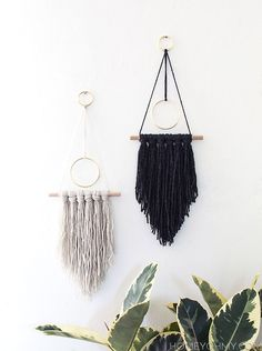 How-To: Incredibly Simple Boho-Style Wall Hanging Wandbehang , How-To: Incredibly Simple Boho-Style Wall Hanging Dekoration, Boho Hochzeit, Macrame, Blumenampel Hochzeit und Heiraten. Yarn Wall Art, Art Yarn, Hanging Wall Art, Diy Wall Art, Diy Wall Decor, Home Decor, Diy Hanging, Hanging Decorations, Macrame Wall Hangings