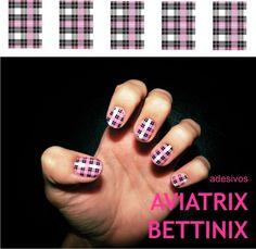 Adesivo em xadrez preto, rosa, lilás e cinza. Aplicado sobre esmalte branco. Preço com frete para todo Brasil. R$10,00