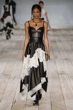 Alexander McQueen at Paris Fashion Week Spring 2020 - Runway Photos Fashion Week Paris, Fashion 2020, Look Fashion, Runway Fashion, Fashion News, Fashion Brands, High Fashion, Fashion Show, Fashion Outfits