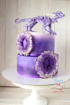 """Более 6 кг вкуснейшего торта """"Три шоколада"""". Декор: аметистовые кольца из карамели, сахарная фигурка. Автор instagram.com/Galaart_cake"""