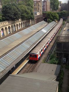 A slightly closer view down on to the westbound platform at South Ken station with a now doomed stock train running into the platform. London Underground Train, Underground Tube, Tube Stations London, Tube Train, London History, U Bahn, London Transport, London Calling, Trains
