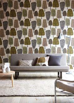 Inspirerande vardagsrum med retrokänsla där tapeten med träd lyfter rummet. Från kollektionen Levande 111086. Klicka för fler tapeter i retrostil!