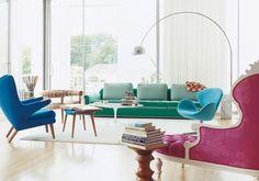 A sala é um dos espaços mais requisitados da casa e, precisamente por implicar muita atividade, por vezes a sua decoração torna-se mais neutra, de forma a acomodar todos os elementos no maior equilíbrio visual possível. Mas a sala também é diversão, convívio e felicidade, por isso, há que injetar um pouco dessa alegria na decoração. Como? Com cor! Cadeiras, sofás & poltronas