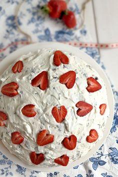 Dickmann Torte Rezept: Diese Schokokuss Torte sieht nicht nur toll aus, sondern schmeckt auch lecker. Durch die Herz Erdbeeren ist der Dickmann Kuchen ein echter Hingucker. Pie, Desserts, Food, Biscuits, Kid Cooking, Torte, Tailgate Desserts, Cake, Deserts