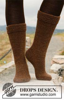 """Strikkede DROPS sokker i glatstrik med retstrik i """"Nepal"""" ~ DROPS Design"""