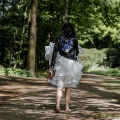 Buiten dat wij ook sneakers beschilderen, zijn we vooral mega expert in Customized jasjes voor bruiden en andere liefhebbers! Met een knipoog naar het bruidsboeket en een vette omarming van je lieverd loop jij er lekker bij in zo'n gepersonaliseerd jack!