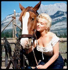 """1953 / Magnifiques photos de Marilyn prisent lors du tournage du film """"River of no return"""". Ce film marque la rencontre de deux des plus grandes stars d'Hollywood : Robert MITCHUM et Marilyn. Unique western réalisé par Otto PREMINGER, ce film est tourné dans les décors naturels des parcs nationaux de Banff et de Jasper au Canada. C'est surtout un des tout premiers films à être tourné en CinemaScope, avec un ratio de 2,55:1. Il s'agissait alors pour le cinéma américain d'enrayer la montée en…"""