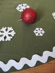 Tree skirt made out of a fleece blanket Diy Christmas Tree Skirt, Family Christmas, Christmas Wreaths, Christmas Crafts, Christmas Decorations, Christmas Ornaments, Holiday Decor, Christmas Projects, Christmas Ideas
