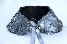 Col claudine à paillettes grises, envers en coton épais anthracite, ruban de satin coordonné