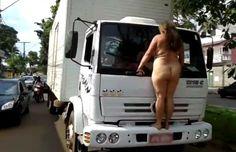 Cazuza: Mulher nua para trânsito e sobe em para-choque de ...