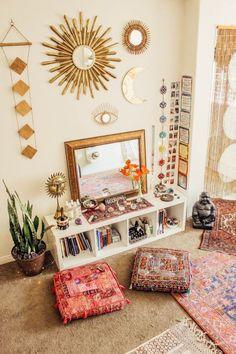 Cube shelves and floor cushions - Home Professional Decoration Meditation Raumdekor, Meditation Room Decor, Yoga Room Decor, Hippie Room Decor, Hippie Apartment Decor, Hippie Style Rooms, Hippie Bedrooms, Yoga Studio Decor, Hippy Room