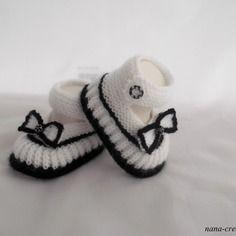 """Chaussons, babies de bébé en laine tricotés mains, """"blanc, noir"""" 0/3 mois. Baby Hats Knitting, Baby Knitting Patterns, Baby Patterns, Crochet Baby Booties, Crochet Slippers, Crochet Bebe, Crochet Yarn, Knitted Booties, Baby Slippers"""