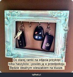 Wieszak na klucze - Do starej ramki na zdjęcia przykręć kilka haczyków i powieś ją w przedpokoju. Będzie idealnym wieszakiem na klucze.