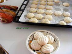 עוגיות חמאה קטנות,פריכות,נמסות בפה .   דמיינו קופסת פח גדולה ובה מונחות להן עוגיות חמאה ריחניות. במציאות..הן כל כך טעימות והקופסא המ...